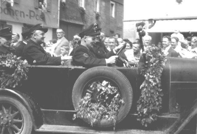 Bild vom Festumzug durch Alpirsbach. Am Steuer: Ernst Killguß. Dahinter: Georg Schwenk